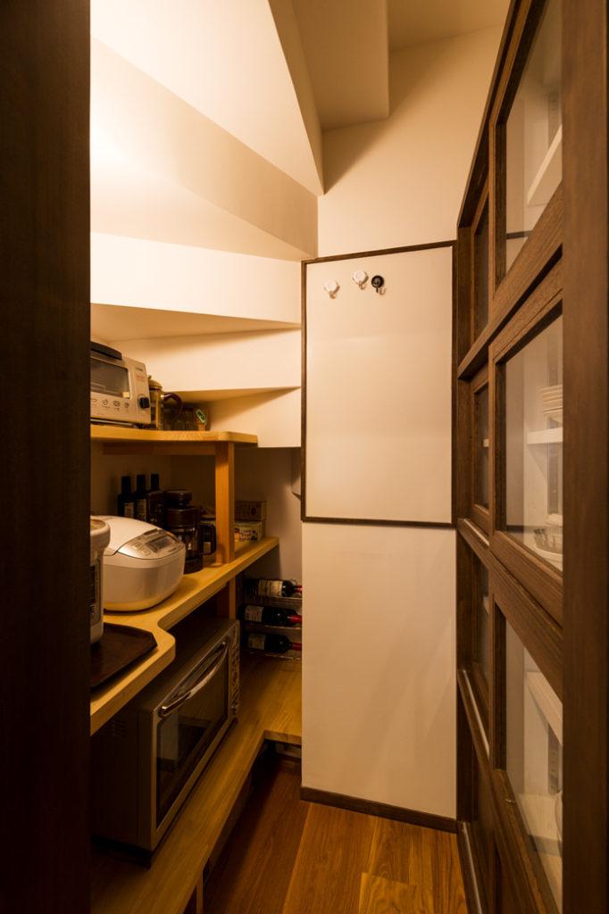 階段下スペースを利用したキッチン収納スペース