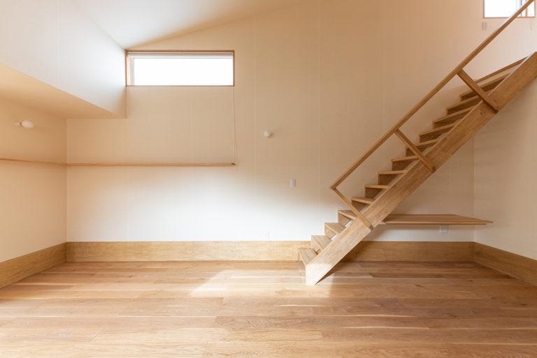 リビングダイニング:床はオーク、壁は和紙貼り。