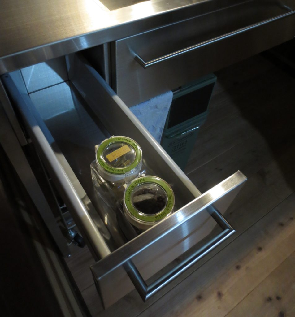湿気がちなキッチンに適したステンレス収納