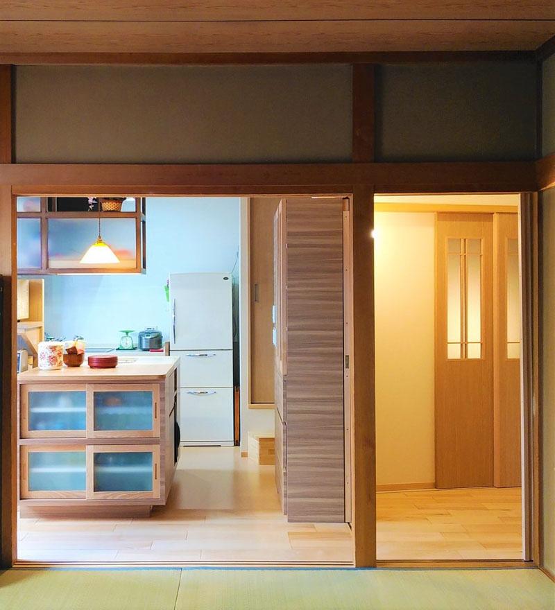 和室からキッチンを見る